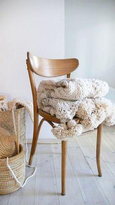 Couverture de laine tricoté à pompons par lacasadecoto sur Etsy