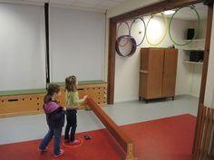 Ecole Maternelle Sonia Delaunay - Ateliers 'lancer' en salle de jeu Sonia Delaunay, Judo, Air, Parenting, Cabinet, Education, Sports, Pranks, Sports Activities
