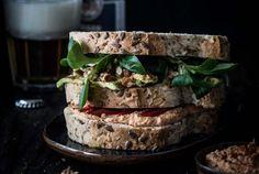 Vega club sandwich met hummus en geroosterde paprika