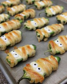 These Halloweeño Jalapeño Popper Mummies are the cutest Halloween party snacks! These Halloweeño Jalapeño Popper Mummies are the cutest Halloween party snacks! Halloween Party Snacks, Hallowen Food, Fete Halloween, Halloween Dinner, Halloween Goodies, Snacks Für Party, Appetizers For Party, Halloween Table, Easy Halloween Appetizers