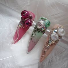 Treinos #candyball #nailsoftheday #nailartlove #nailsart #nailsdesign #nails #amorsemlimites #amounhas pedrarias perfeitas #tatacustomizacao Gorgeous Nails, Love Nails, Nail Candy, Flower Ball, Nail Tutorials, Diy Nails, Hair And Nails, Finger, Nail Designs