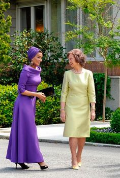 Outfit Change...and COUTURE...DIVA!     First Class Travel Ensemble: Sheikha Mozah of Qatar and Queen Sofia of Spain   Well kids, just in t...