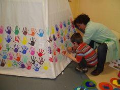 Tipi unique. La décoration de celui-ci se fait à la main trempé dans la peinture et appliquée sur le tipi.