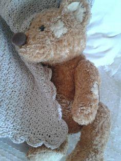 Så blev tæppet til lille pigen færdigt.  Tæppet er hæklet i det blødeste bomuld.                   Jeg startede med en række lm i den b...