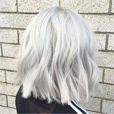 Grigio platinoelleitalia Short Silver Hair, Short White Hair, Grey White Hair, Hairstyles Haircuts, Trendy Hairstyles, Straight Hairstyles, Blonde Hairstyles, Scene Hairstyles, Woman Hairstyles