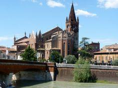 La chiesa di San Fermo Maggiore è una delle costruzioni religiose più interessanti ed originali della città di Verona, composta da due chiese connesse e sovrapposte l'una all'altra. Un unicum in cui lo stile romanico tipico del X ed XI secolo si fonde armoniosamente con il gotico del XIV secolo.  La chiesa inferiore fu eretta tra il 1065 e il 1143, sui resti di un'antica pieve del V secolo, già dedicata ai Santi Fermo e Rustico che in questo luogo erano stati martirizzati. La chiesa…
