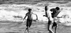 Estendemos as toalhas junto ás dos rapazes e fomos ter com eles ao mar, estava um dia tão bom de praia, o sol quente e a brisa a...