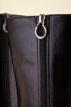 Black boots with zip closure. - Stivali neri con zip.