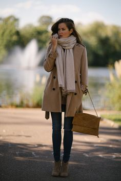 Fall style - belted camel coat and cream scarf Fall Fashion Trends, Autumn Fashion, Rosie Londoner, Outfit Gym, Camel Coat Outfit, Nike Air, Winter Stil, Haute Couture Fashion, High Fashion