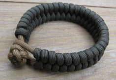 Knot and Loop Bracelet paracord bracelet with lots of links for other versions.paracord bracelet with lots of links for other versions. Paracord Knots, Rope Knots, Paracord Bracelets, Bracelets For Men, Survival Bracelets, Paracord Ideas, Knot Bracelets, Making Bracelets, Parachute Cord