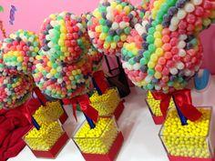Topiarias feitas de doces podem estar presentes em qualquer tema de festa (Foto: tarjetasimprimibles.com)
