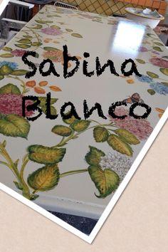 Tavolo in pietra lavica decorato a mano .
