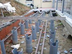 Pour faire une terrasse en bois sur pilotis : utiliser des canalisations PVC remplies de béton