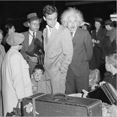 Einstein the Photo Bomber! I believe Einstein and his grandson. The man on the left with his brief case is Einstein's oldest son.------Please to correct me if I am mistaken. Robert Einstein, Albert Einstein Photo, Albert Einstein Poster, Theoretical Physics, Theory Of Relativity, History Photos, Funny People, Funny Kids, Black And White Photography