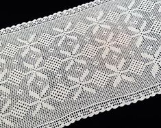 Table Runners Vintage - Romantique Vintage Home Decor Vintage Table Linens, Vintage Home Decor, Crochet Tablecloth, Table Runners, Cute Outfits, Etsy, Rugs, Antiques, Trending Outfits