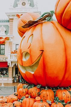 Halloween Time at Disneyland - Disney - Halloween Cute Fall Wallpaper, Halloween Wallpaper Iphone, Disney Wallpaper, Disneyland Halloween, Disney World Halloween, Disney Halloween Decorations, Film Disney, Disney Disney, Disney Magic