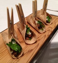 Use clothes pins to hold mini tacos together. Bistro Food, Pub Food, Cafe Food, Tapas, Little Lunch, Hors D'oeuvres, Appetisers, Food Presentation, Creative Food