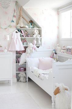 Inbyggd hylla i barnrum