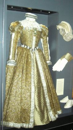 Mary, Queen of Scots dress historic-fashion-tudor-Elizabethan If only the TV world would actually look at historically accurate clothing when making a show. Vestidos Vintage, Vintage Gowns, Vintage Outfits, Vintage Fashion, Tudor Fashion, Royal Fashion, Historical Costume, Historical Clothing, Mary Queen Of Scots