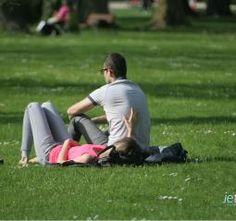Couple chrétien dans un parc