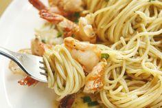 Wij zijn er helemaal weg van! Alleen al bij de gedachte van pasta met garnalen gaan we watertanden. Ben jij net zo gek op pasta en garnalen als wij? Dan is dit gerecht echt wat voor jou. Je hebt maar een paar ingrediënten nodig, het is heel makkelijk om te maken én het is binnen 10 minuten klaar!