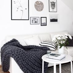 We have a crush on these beautiful merino wool blankets by Ohhio! They are such a beautiful element for every living room. This one fits perfectly into this black and white living room. What a beautiful couch! You want to see more of Ohhio? Check out our website!