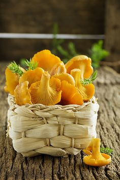 Chanterelles on the old board in your shopping cart Edible Mushrooms, Stuffed Mushrooms, Stuffed Peppers, Fruit And Veg, Fruits And Vegetables, Fruit Photography, Food Wallpaper, Weird Food, Exotic Fruit