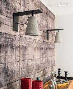 Por sugestão de Mario Benicio (da fábrica Passeio Revestimentos), o concreto aparece em seis peças. esta é a arandela leve (R$ 890). Concrete Light, Concrete Lamp, Beton Design, Concrete Design, Concrete Crafts, Concrete Projects, I Like Lamp, Luminaria Diy, Small Apartment Design