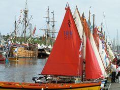 un arc en ciel de voile de bateau dans le port de vannes. yole, caravelle, brick tous réunis pour la semaine du Golfe. lovely colored boats
