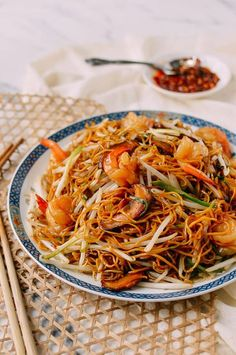 Hong Kong-Style Shrimp Chow Mein Noodles - The Woks of Life Pan Fried Noodles, Hong Kong Noodles, Hong Kong Style Noodles Recipe, Shrimp Chow Mein, Low Carb Brasil, Wok Of Life, Asian Recipes, Ethnic Recipes, Asian Noodles