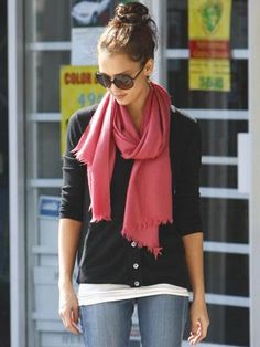I love Jessica Alba's casual style. She always looks natural and effortless.