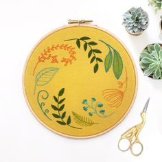 Floral plant embroidery kit, ideal for beginners, modern embroidery sampler Embroidery Sampler, Embroidery Scissors, Embroidery Stitches, Hand Embroidery, Wooden Embroidery Hoops, Modern Embroidery, Long And Short Stitch, Lazy Daisy Stitch, Floral Hoops