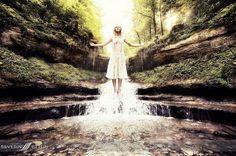 Die #Sonne scheint! da #schweben wir ihr doch entgegen. Danke an: @ZoraKoller Model und @Highlight - make up by @sybillefässler   wünsch allen ein sonnigen Tag. #Sonne  #Luzern #Fotograf #Wasserfall #LevitationFotografie #Lavitation #girl #Fliegen #Schweben