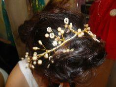 İnciler ve kristallerle motiflendirdiğimiz abiye Saç Aksesuarımız.