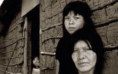 https://flic.kr/p/9xxdqd | Guarani indians |  Website  | Instagram   | Facebook   A aldeia Tenondé-Porã, em Parelheiros, extremo sul de São Paulo, abriga cerca de 900 índios tupis guaranis. As casas variam entre as feitas de tijolo e cimento, construídas pela Funai e pelas feitas de taipa, pertencentes ás famílias que preferem cultivar as raízes indígenas. entre tantas pessoas, estava a família de Yracema, que se destacava pelas crianças ruivas (sim, índios ruivos) e de expressivos olhos…