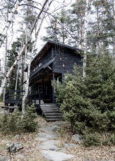 Hullaannu ja hurmaannu: Jäähyväiset mökille Wwe, Michigan, Cabin, House Styles, Cabins, Cottage, Wooden Houses