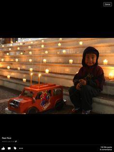 Con su carrito, que usualmente los hacían los mismos niños con sus papas con una caja de zapatos!