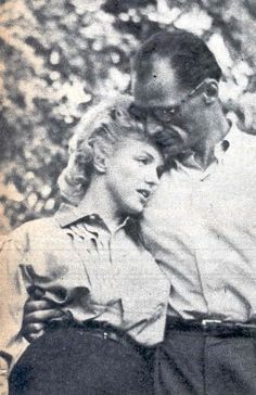 Arthur and Marilyn got ready to have dinner at Arthur's cousin's place, Morton Miller, who lived next to the Roxbury house; they nevertheless took time to pose for the reporters, June 25th 1956.