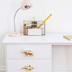 KLIMPEN Schreibtisch (oder eine andere Kommode mit Schubladen), Plastiktiere aus dem Spielzeugladen, Schraubbolzen und goldenen Farblack So geht's: 1. Dino & Co. mit Farblack vergolden. 2. Kleines Loch in jedes Tier bohren und Schraubbolzen eindrehen. 3. Den Knauf in das Loch der Schublade einschrauben. 4. ROAR!