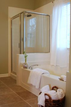 A grimy glass shower door can really wash out your sale. Instead of replacing it, clean it with a mixture of one part muriatic acid and about 10 parts water. Scrub with steel wool. After wiping it down, reinstall the door, and you'll have a shower that'll Bathroom Staging, Bathroom Renovations, Design Scandinavian, Real Estate Staging, Home Staging Tips, House Staging Ideas, House Ideas, Up House, Sell House