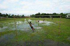 Nawet zalane boisko nie powstrzyma prawdziwych fanów piłki nożnej • Pasja jest zawsze silniejsza od przeciwności losu • Wejdź i zobacz #football #soccer #sports #pilkanozna #futbol #sport #memy #memes