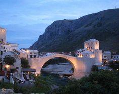 Старый мост – #Босния_и_Герцеговина #Федерация_Боснии_и_Герцеговины #Мостар (#BA_BIH) Старый мост в боснийском городе Мостар простоял более четырех веков, но был разрушен во время всем известных бомбардировок Югославии. Сейчас он восстановлен и является символом мирного сосуществования людей, не зависимо от национальной и религиозной принадлежности. http://ru.esosedi.org/BA/BIH/1000107850/staryiy_most/