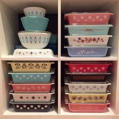 I have an unhealthy addiction to pyrex! Vintage Pyrex Dishes, Vintage Kitchenware, Vintage Glassware, Vintage Decor, Vintage Designs, 1950s Decor, Vintage Tins, Kitsch, Retro Kitchen Tables