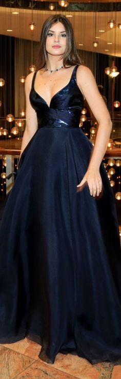 Look Emmy Internacional 2016: A atriz brasileira Camila Queiroz está usando um vestido de saia de estilo princesa escuro, assinado pelo designer Romona Keveza