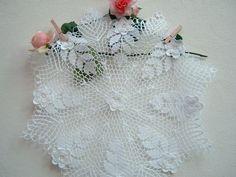 Centro all'uncinetto con le rose d'Irlanda. Crochet casa romantica. Centrotavola in pizzo di cotone bianco.Centro shabby chic a crochet