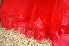 rotes Brautkleid mit Spitze am Saum