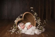 Every breastfeeding or pumping mom needs to know how to store breast milk properly in order to ensure your hard work doesn't go to waste. I mean breast milk is … Foto Newborn, Newborn Session, Newborn Care, Newborn Pictures, Baby Pictures, Shooting Studio, Baby Shooting, Breastmilk Storage Bags, Foto Baby