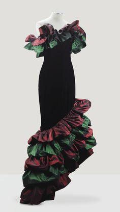 * Fourreau du soir de velours noir gansé de volants de tafferas changeant bourgogne et bouteille Haute Couture, automne-hiver 1977-1978 - Yves Saint Laurent