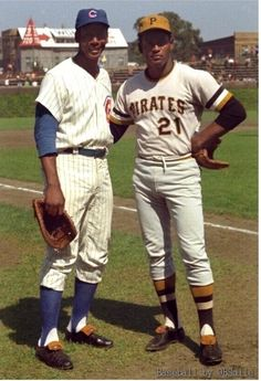 Two classy Hall of Famers: Ernie Banks and Roberto Clemente at Wrigley Field. Pirates Baseball, Baseball Star, Nationals Baseball, Baseball Players, Baseball Classic, Mlb Players, Baseball Cards, Cubs Pirates, Sports Baseball