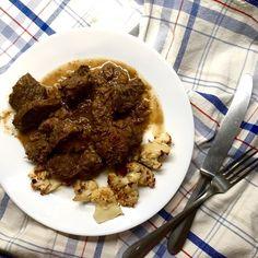 Další z jednoduchých podzimních dušených jídel - kančí na cibuli, mrkvi, petrželi a jalovci + pečený květák (na něj najdete recept na blogu, v poslední době ho dělám bez koření) ... máte podobné chutě? / Simple fall braised meat - wild boar with onion, carrot, parsley root and juniper + roasted cauliflower